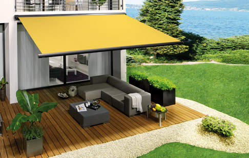 Behaglig utemiljö med terrassmarkis